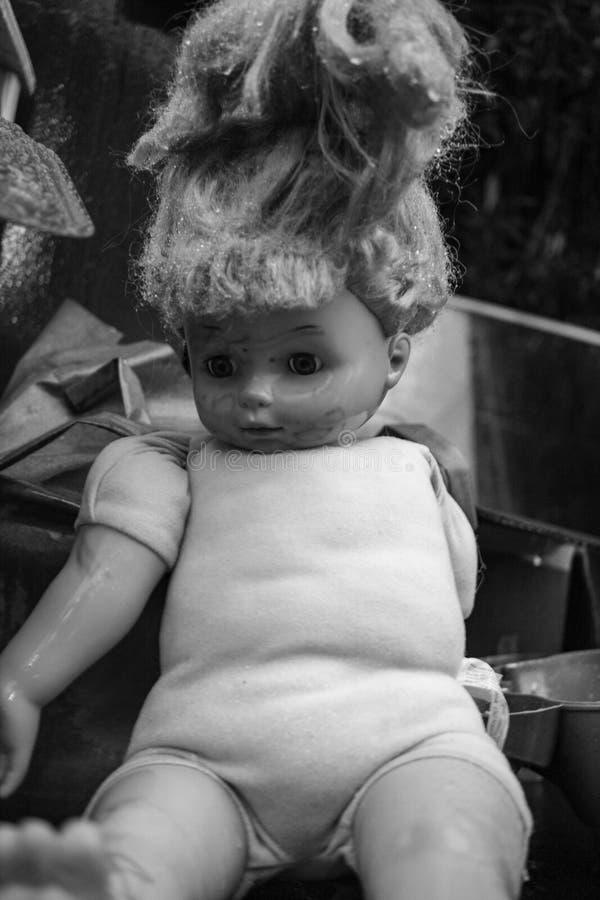 Tungt - använt behandla som ett barn - docka royaltyfri foto