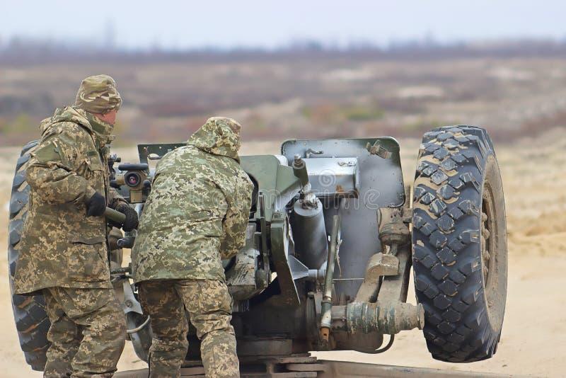 Tungt artilleri på militärt krigfält fotografering för bildbyråer