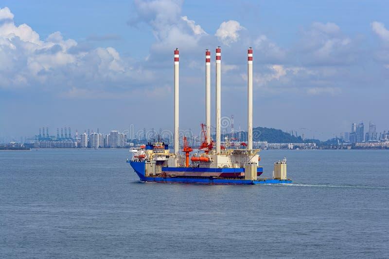 Tungt elevatorlastfartyg som transporterar en oljeplattformplattform royaltyfria foton