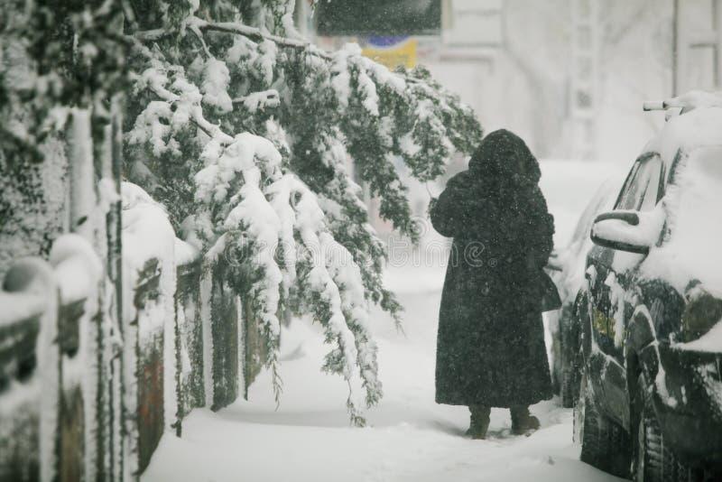Tungt snöfall över Bucharest, Rumänien arkivbilder