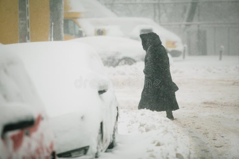 Tungt snöfall över Bucharest, Rumänien arkivfoto