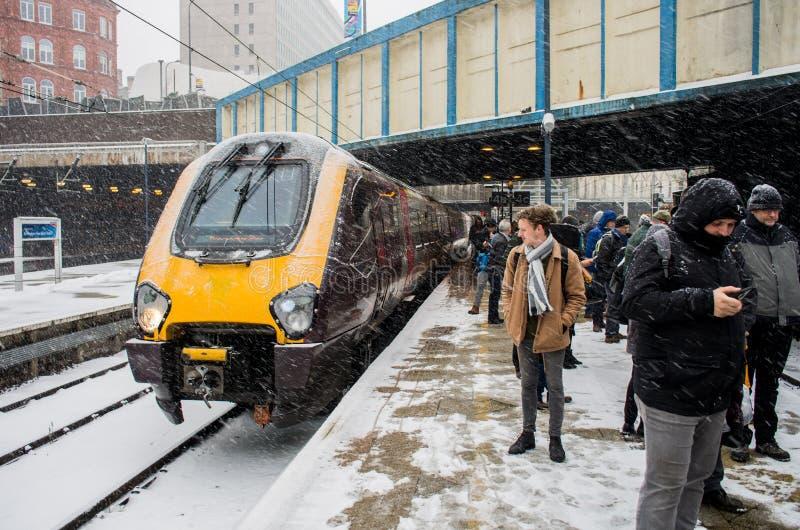 Tungt snöfall i Birmingham den nya gatajärnvägsstationen, Förenade kungariket arkivbilder