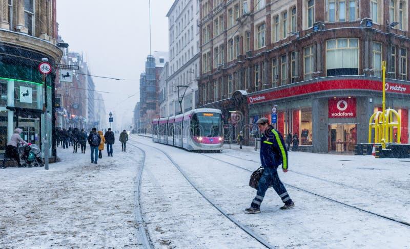Tungt snöfall i Birmingham den nya gatajärnvägsstationen, Förenade kungariket arkivbild