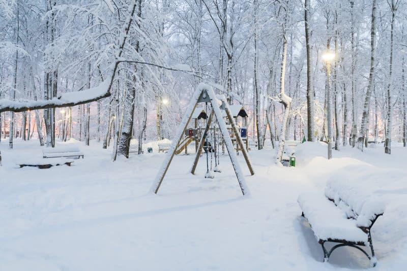 Tungt snöfall i Moskva, lekplats för barn` s under snön Kollaps av offentlig service royaltyfria bilder