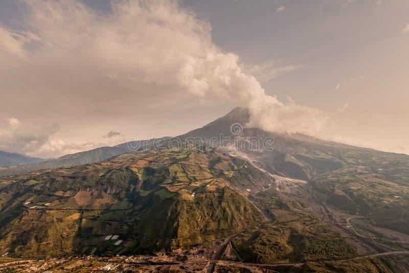 Tungurahua, Hoeveelheid Ash Darkening The Blue Clear-Hemel stock afbeelding