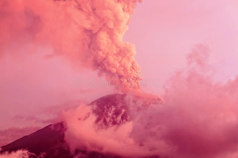 Tungurahua Volcano Eruption At Sunset royaltyfri bild