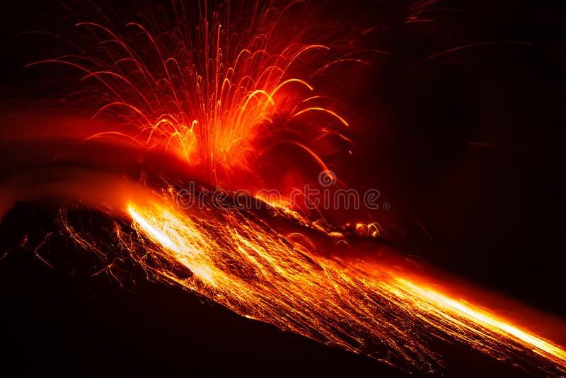 Tungurahua Volcano Powerful Eruption By Night fotografía de archivo