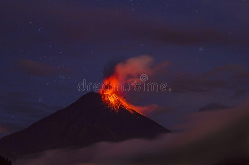 Tungurahua vulkan som får utbrott, Ecuador royaltyfria bilder
