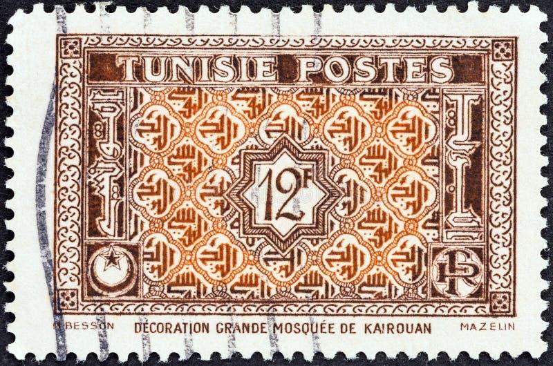 TUNISIE - CIRCA 1947 : Un timbre imprimé en Tunisie montre des ornements arabesques de la Grande Mosquée à Kairouan, vers 1947 photo stock