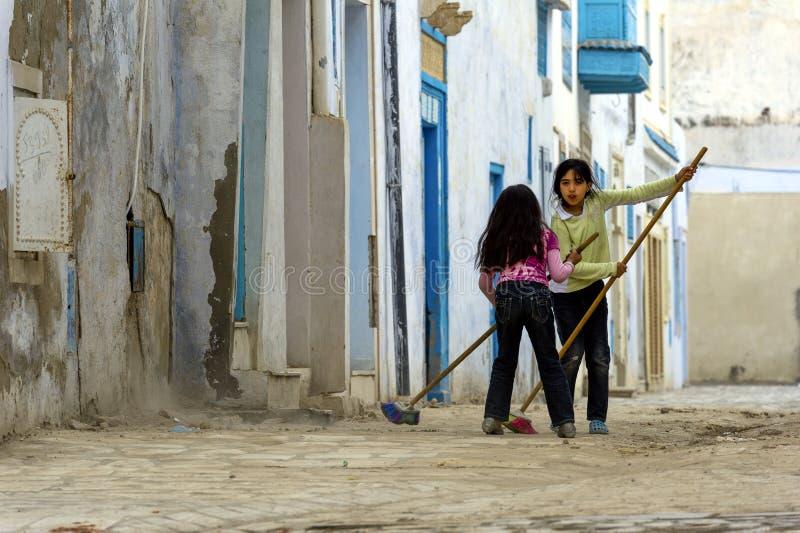 Tunisie Kairouan Filles dans les rues image stock