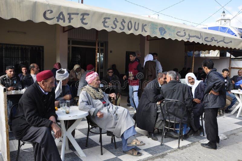 Tunisien: män är sitta, röka, dricka och vänta i en stång i den Zaghouan staden royaltyfri foto