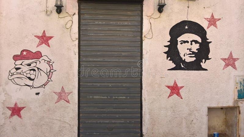 Tunisien Sousse September 19, 2016 Grafitti på väggen Stående av det CheGuevara och bulldogghuvudet royaltyfri bild