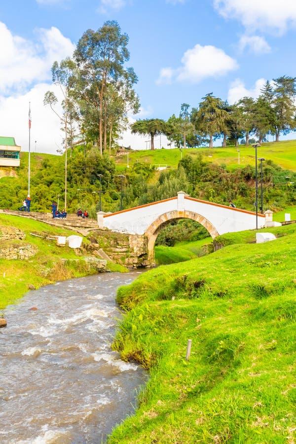 Tunja Colombia Boyaca bro och flod i en solig dag arkivfoto