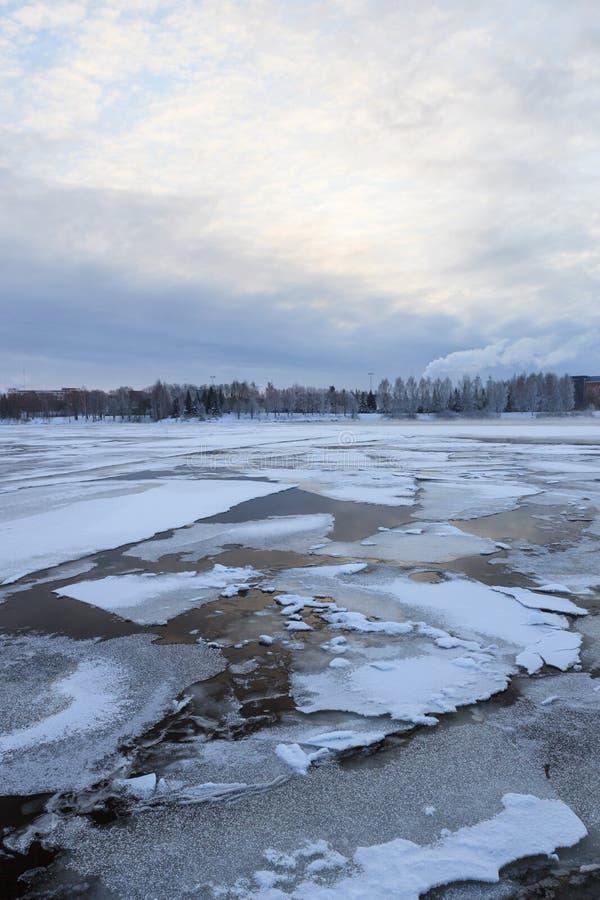 Tunn is på en sjö på soluppgång royaltyfria bilder