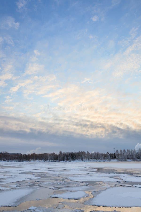 Tunn is på en sjö på soluppgång arkivfoto