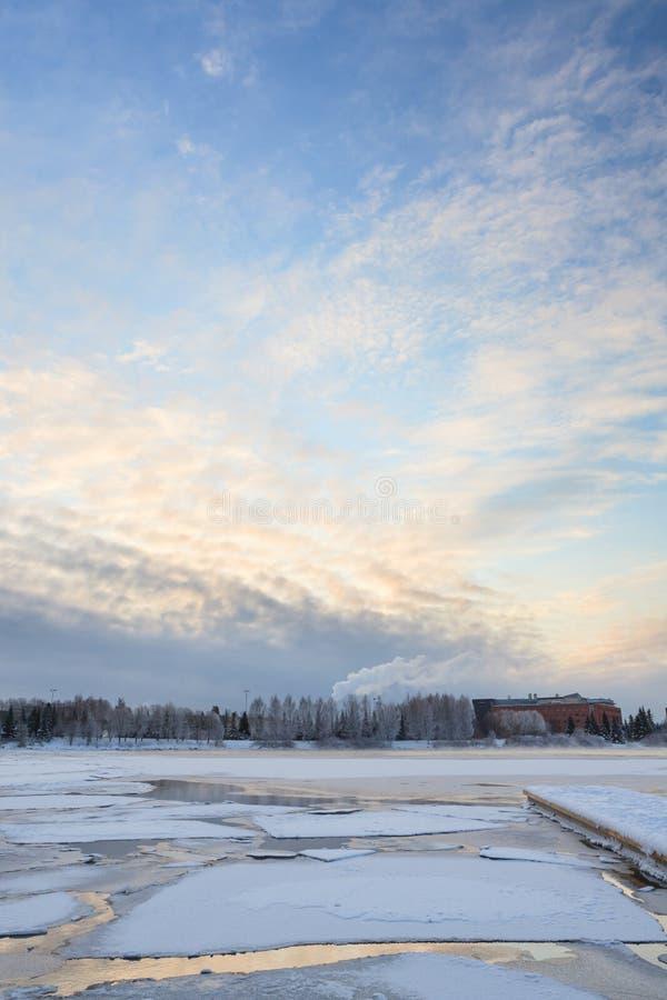 Tunn is på en sjö på soluppgång royaltyfri foto