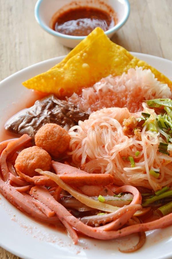 Tunn risnudel med fisklinjen som klär röd sås och kajennpeppar royaltyfria bilder