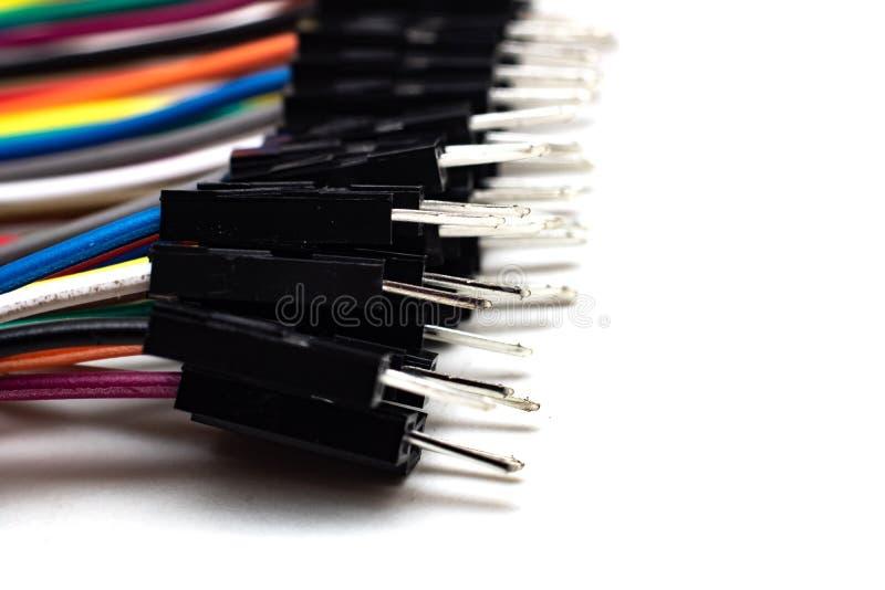 Tunna mångfärgade trådar med kontaktdon, arduinotråd på vit bakgrund royaltyfri fotografi