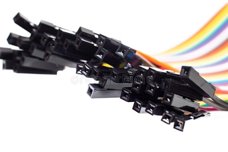 Tunna mångfärgade trådar med kontaktdon, arduinotråd på vit bakgrund arkivfoton