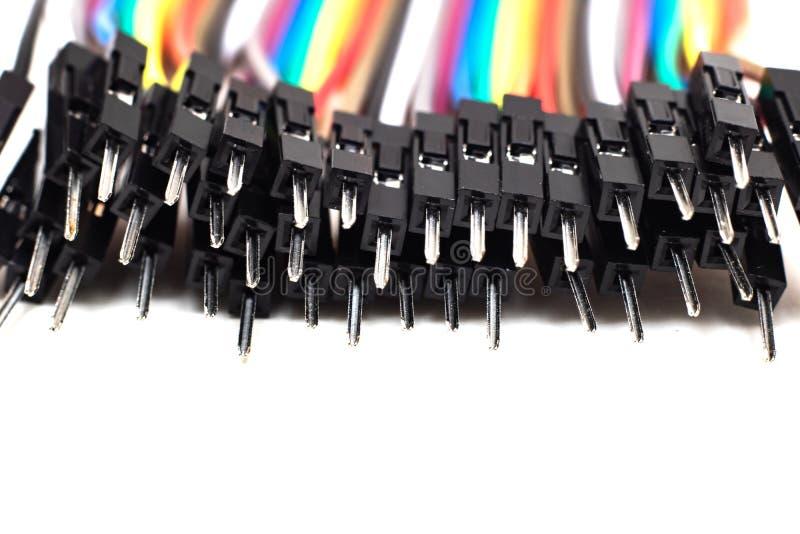 Tunna mångfärgade trådar med kontaktdon, arduinotråd på vit bakgrund royaltyfri bild