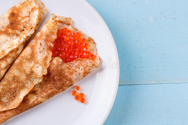 Tunna pannkakor, kräppar med den röda kaviaren royaltyfri foto
