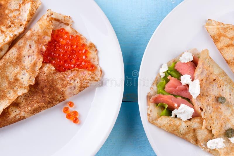 Tunna pannkakor, kräppar med den röda kaviaren och lax arkivbild
