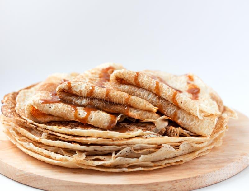 Tunna pannkakor, kräppar med karamellsirap arkivbild