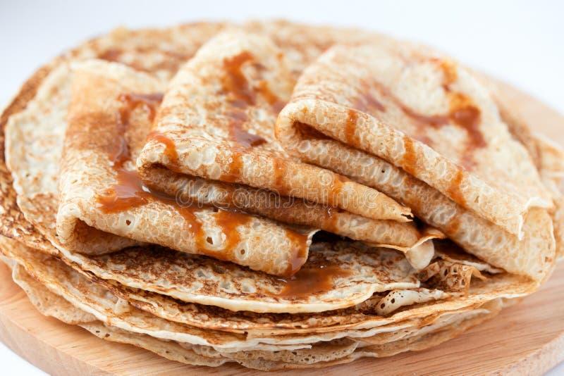 Tunna pannkakor, kräppar med karamellsirap royaltyfri fotografi