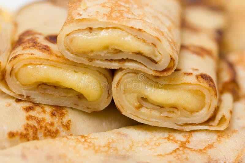 Tunna pannkakor med vaniljkräm royaltyfri foto