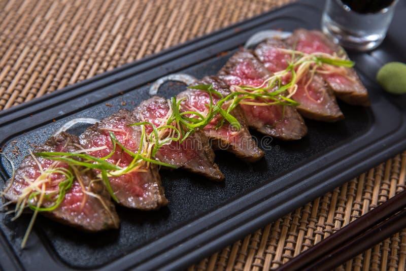 Tunna skivor av Kobe Beef royaltyfria bilder