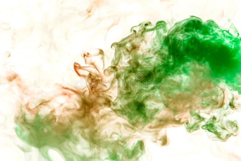 Tunna strömmar av grå rök som tonas i gräsplan på en vit bakgrund som att upplösa för vattenfärg arkivfoto