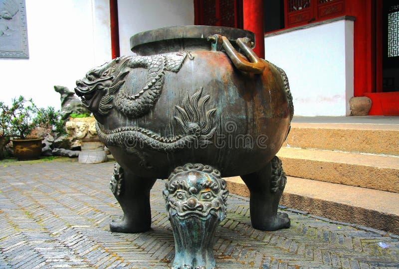 Tunnbindaretripoden i kinesisk forntida by av Luxiang royaltyfri fotografi
