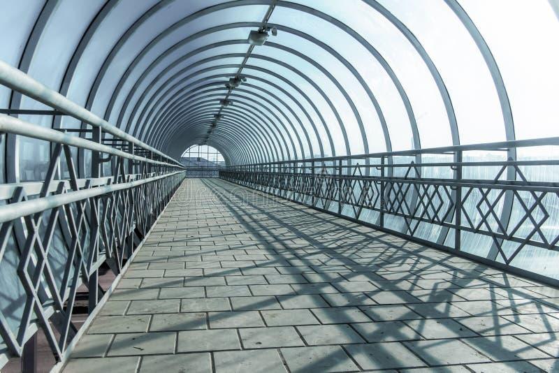 Tunnel über dem roadr stockfotos