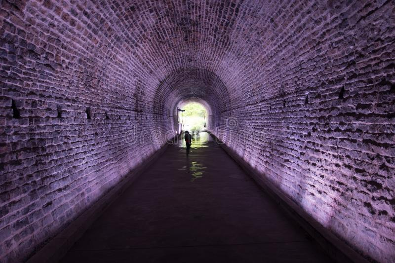 Tunnel antique de Rarilway allumé dans le pourpre, Brockville, Canada image libre de droits