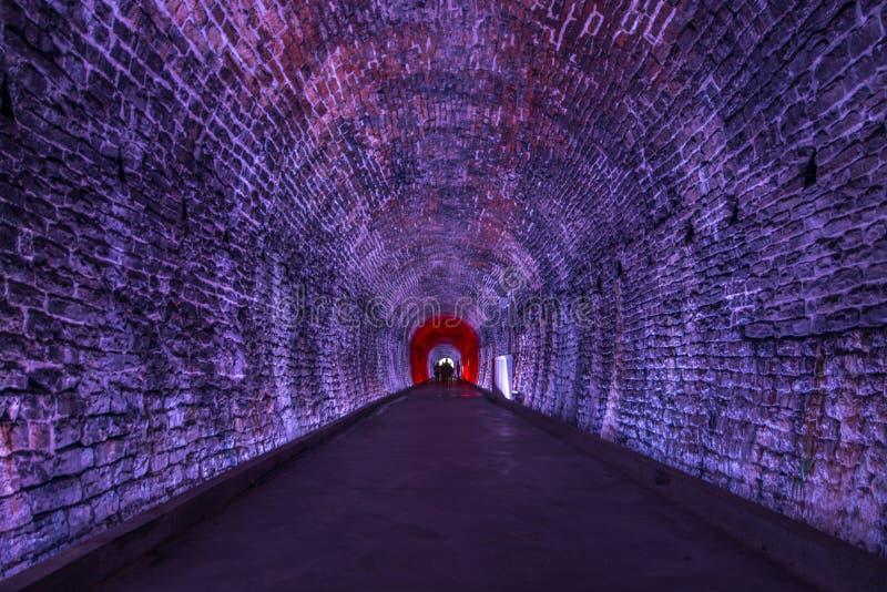 Tunnel antique de Rarilway allumé dans le pourpre, Brockville, Ontario, photographie stock