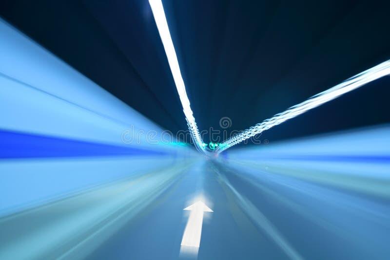 Tunnel avec le signe avant de flèche images stock