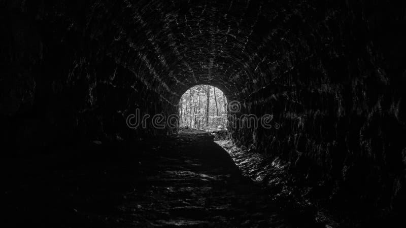 Tunnel in bianco e nero astratto fotografia stock libera da diritti