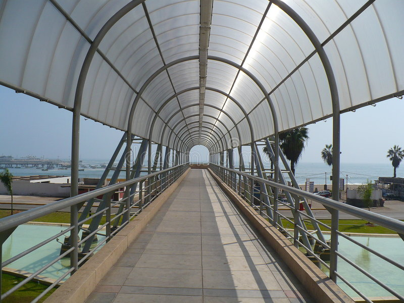 Tunnel-brug aan strand stock foto