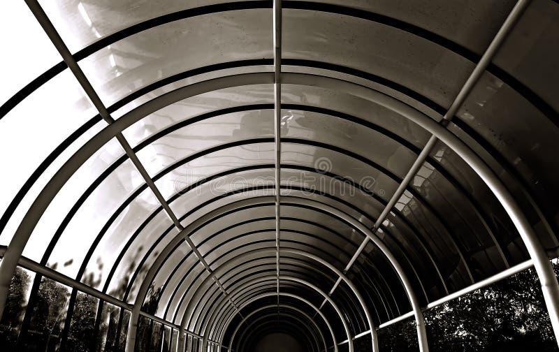 Tunnel circulaire de voûte de B/w de métal et d'hublots photo stock