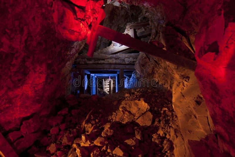 Tunnel coloré de mine d'or photos stock