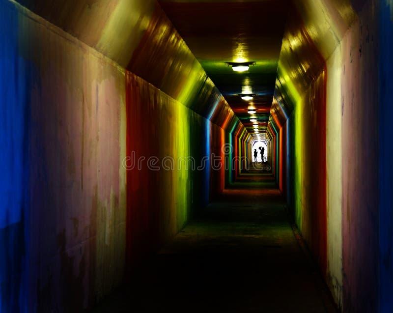Tunnel coloré Marcher Silhouette photos stock