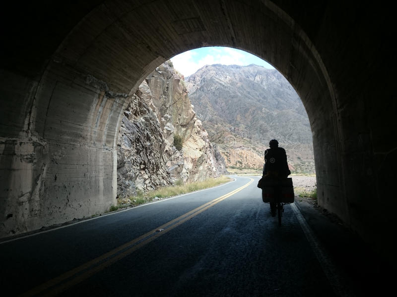Tunnel dans la gamme de montagne des Andes image libre de droits