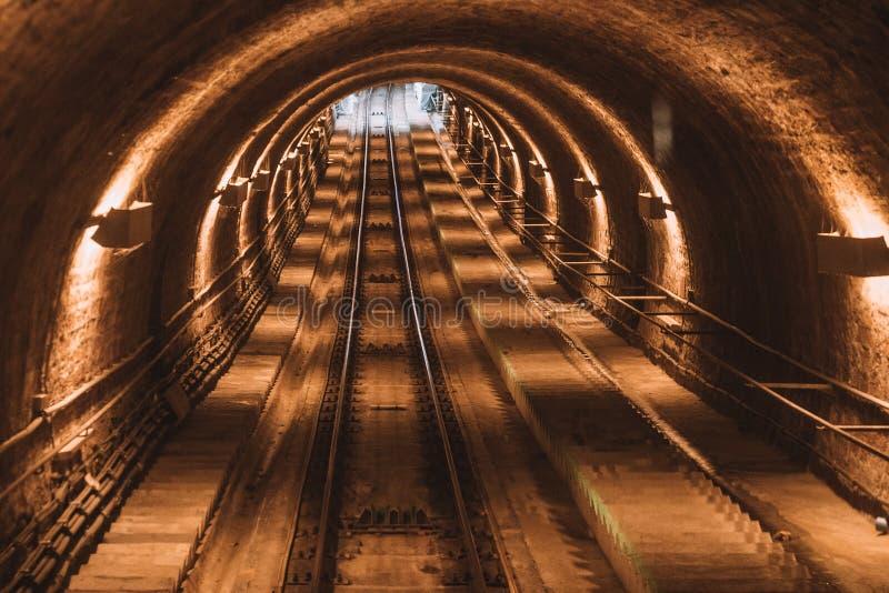 Tunnel de chemin de fer près de ville d'Heidelberg vers le haut de la colline photos stock