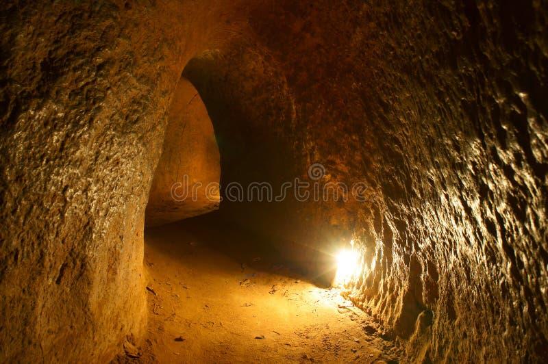 Tunnel de Chi de Cu avec la pirogue au fond images libres de droits