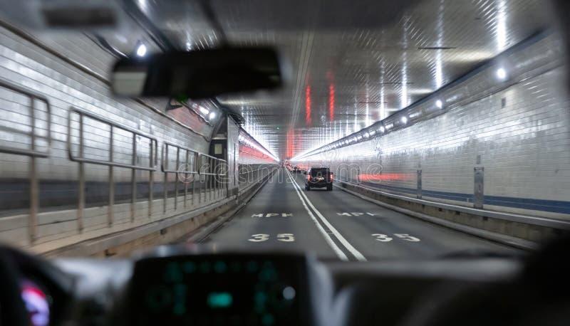 Tunnel de Lincoln, New York Vue de l'int?rieur d'un v?hicule Limitation de vitesse 35mph sur l'asphalte photo stock