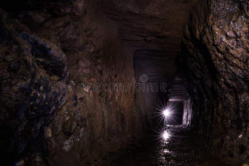 Tunnel de mine d'Iwami, main contre le creusement de machine image stock