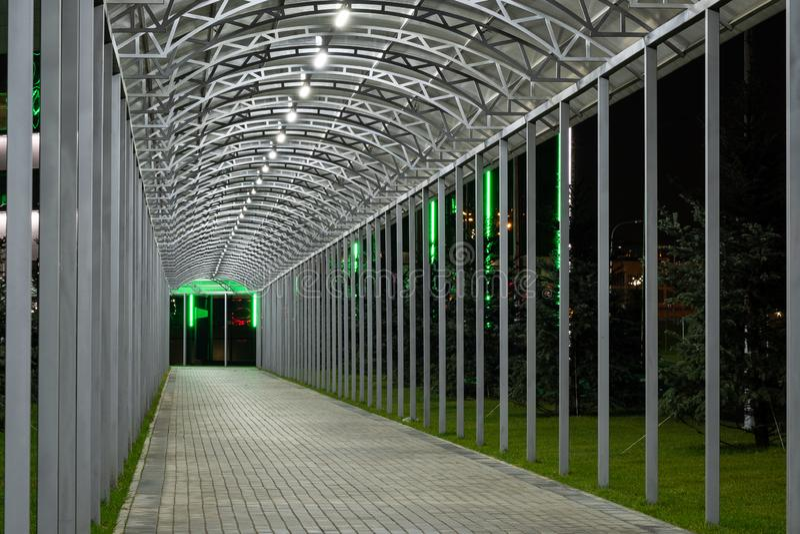 Tunnel de passage piétonnier futuriste éclairé par un éclairage lumineux, qui s'éloigne de la nuit Géométrie urbaine photos libres de droits