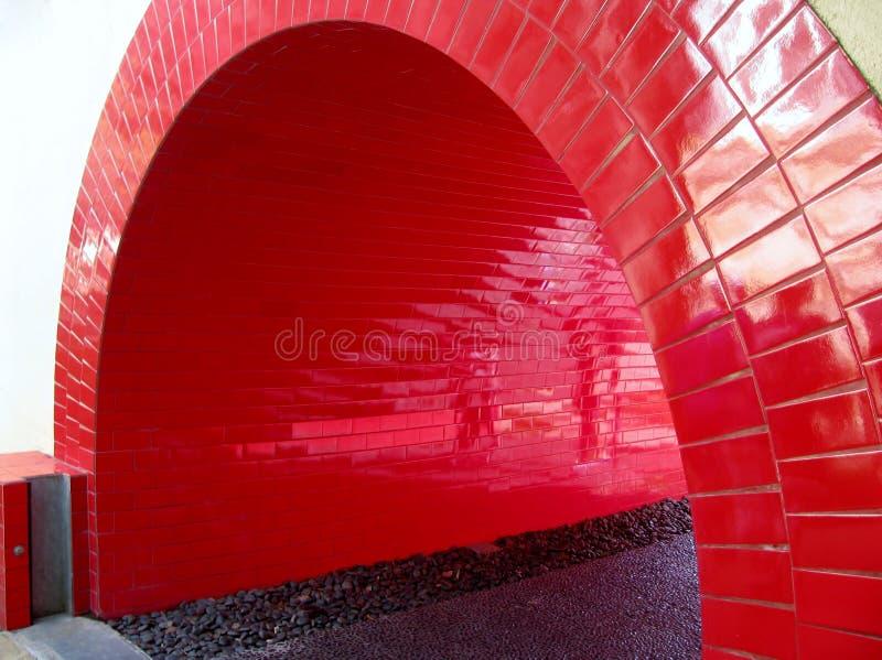 Tunnel de rouge de passage couvert photographie stock libre de droits