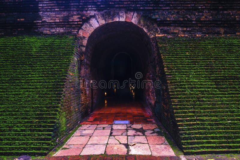 Tunnel del sentiero per pedoni in tempio di U-Mong, tempio storico nel Nord fotografie stock libere da diritti