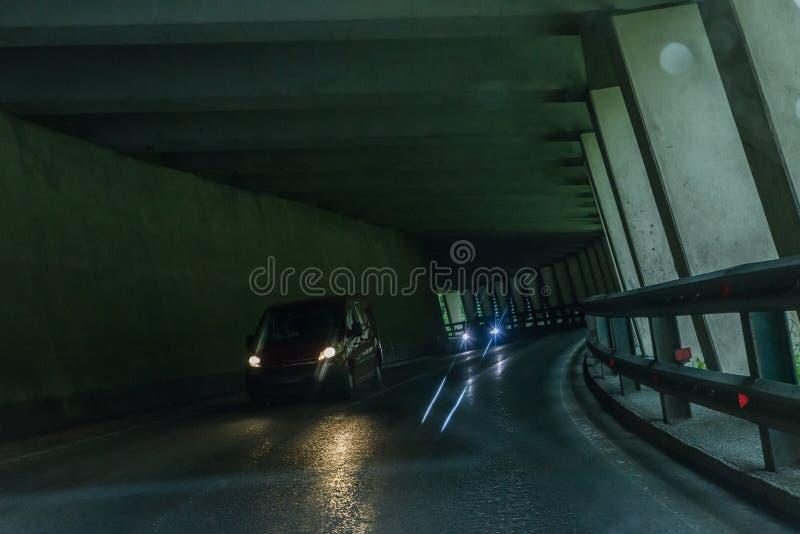Tunnel dell'automobile nelle alpi con traffico imminente, Austria fotografie stock libere da diritti